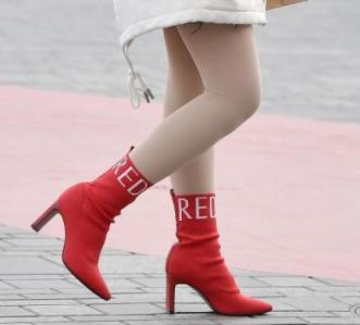 女鞋微商免费代理,白色打底裤搭配红色尖头高跟袜靴